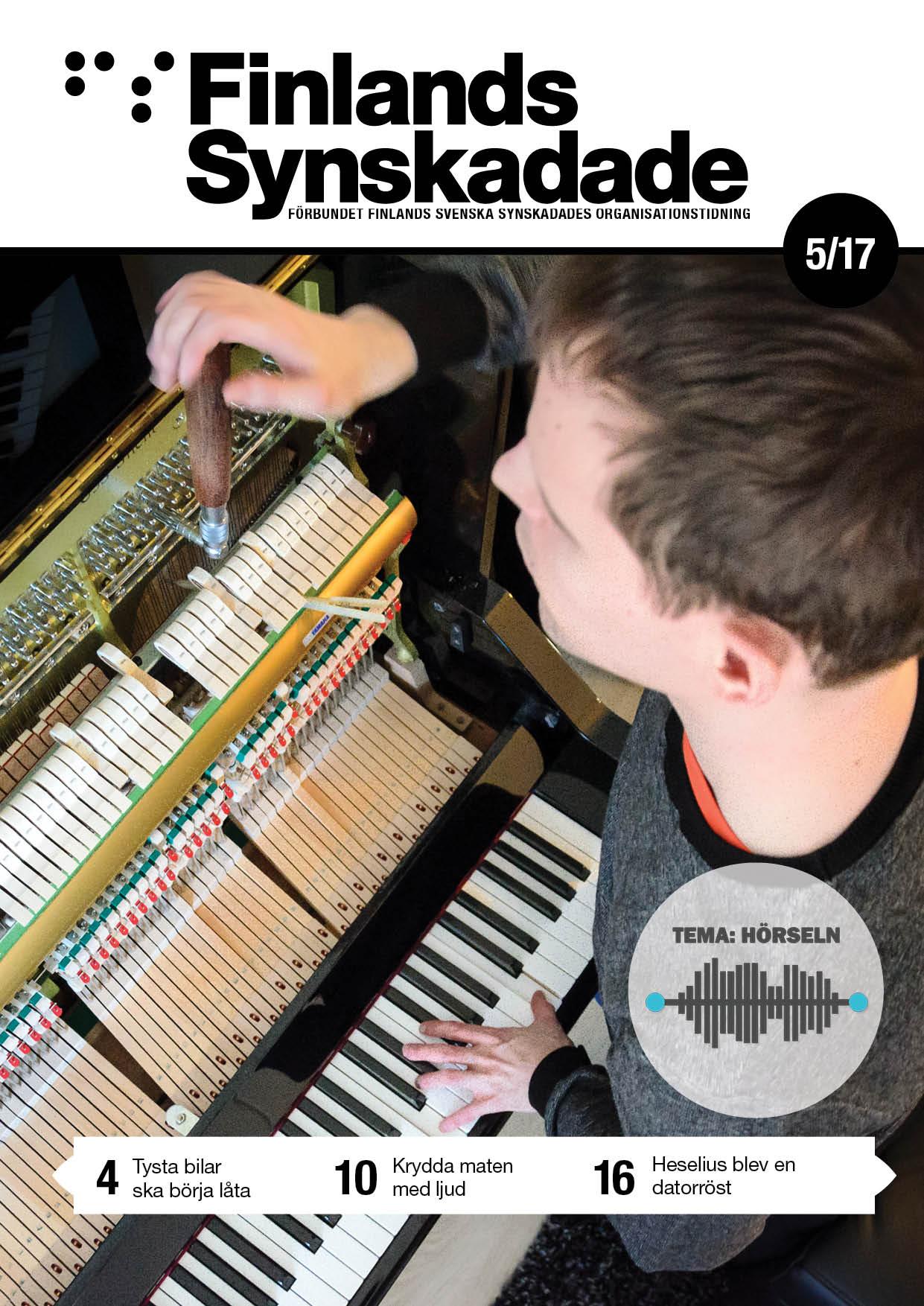 FS nr 5 pärm. Ung man stämmer ett piano.