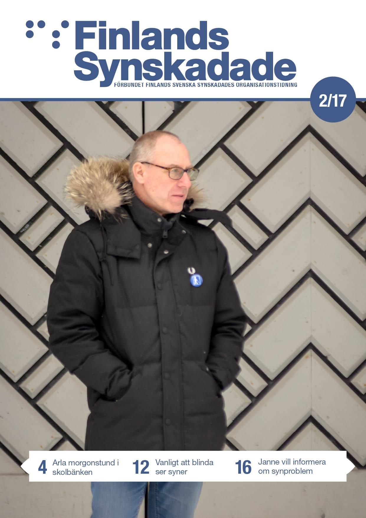 Pärmbild, FS nr 2 2017. Janne Sjöström står framför en mönstrad dörr.