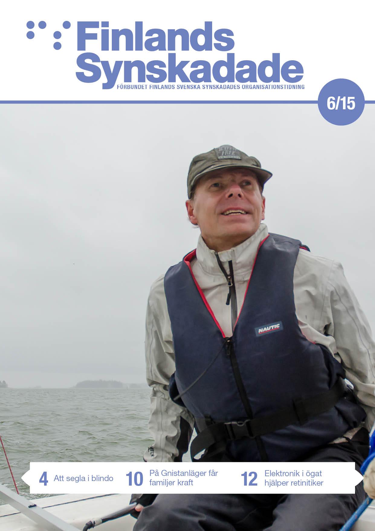 Pekka Rantanen vet var stranden är. Ännu en halv timme efter att han lagt ut vet han tack vare vindens riktning åt vilket håll han seglar. På bilden håller Rantanen i rodret mot en regnsjuk bakgrund.